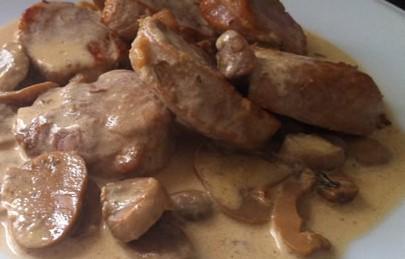 Solomillo de cerdo con champiñones y salsa de mostaza