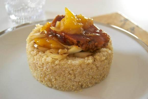 Timbal de quinoa, verduras y seitán con mango