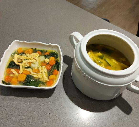 Sopa de verduras con noodles de tortilla francesa