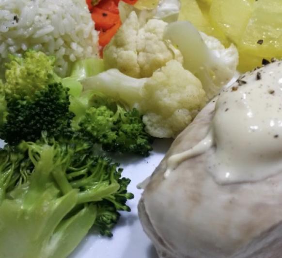 MENÚ COMPLETO: pechuga de pollo en salsa, con verduras al vapor y arroz