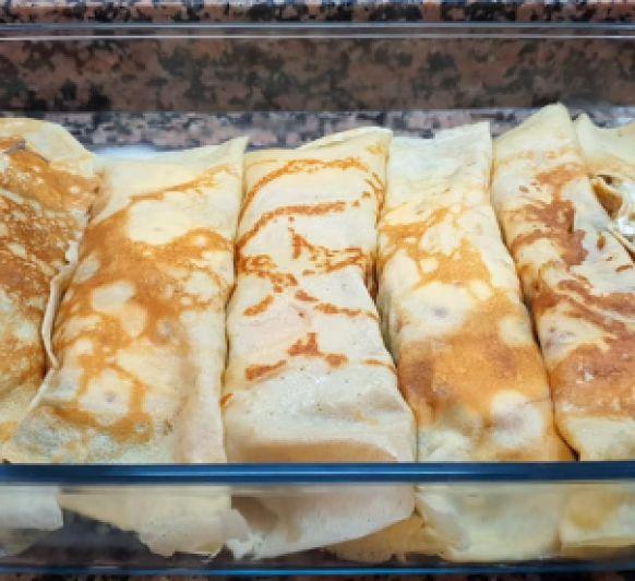 Crêpes rellenas de pollo, espinacas y queso de cabra con salsa de puerros