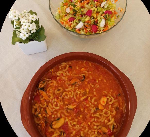 Menú de Fideuá con mejillones y Ensalada de lechuga, zanahoria y rabanitos con menta
