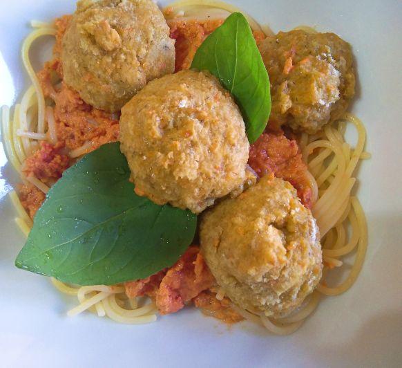 Espaguetis sin gluten con salsa de tomate y albóndigas de avena y zanahoria