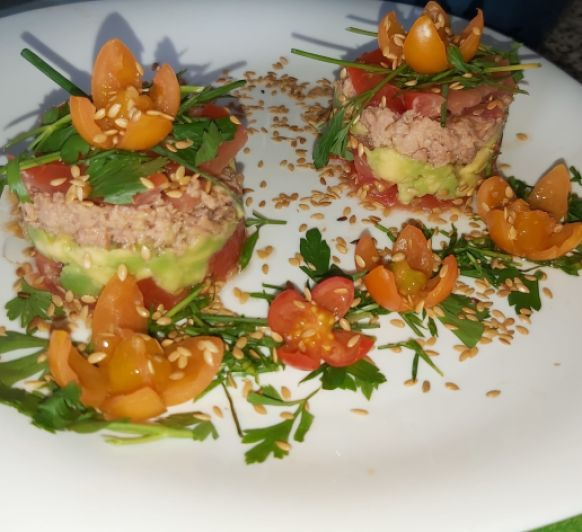 TIMBAL DE AGUACATE ,TOMATE Y SALMÓN