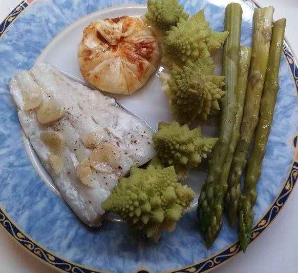 Bacalao con esparragos ,romanescu y huevo poche