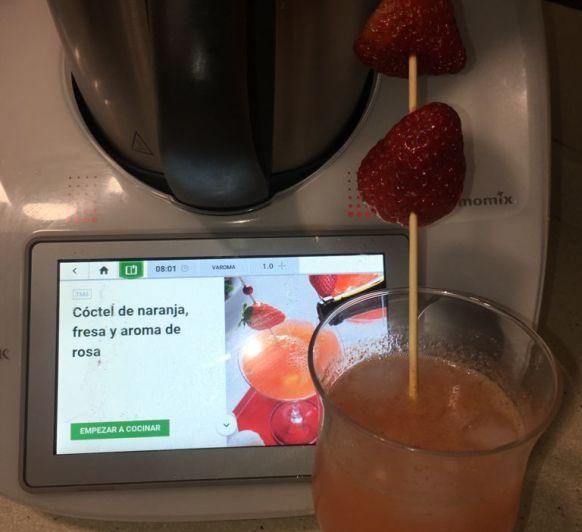 Cóctel de naranja, fresa y aroma de rosa Thermomix®