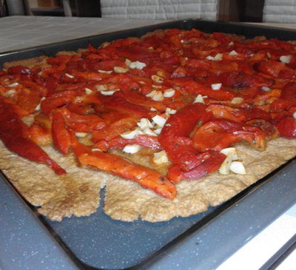 Coca mallorquina de pebres torrats/pimientos asados
