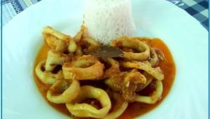 Calamares encebollados con guarnición de arroz basmati