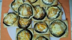 Bocaditos de berenjena, con queso de cabra y cebolla caramelizada.